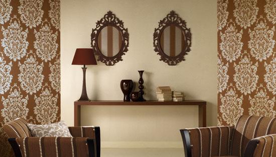 色彩 黄绿色、金铜色、淡紫色、玫红色、灰黑色、柔蓝绿色、咖啡色、深番茄红色、柔白色、浅杏黄色、乳白色、紫色、深番茄红色 图案 本款壁纸中的大马士革花纹来自拜占庭帝国宫廷中普遍使用的、象征着高贵奢华与皇室气派的丝织物图案。这一具有高度象征性图案的应用,使居室散发出高贵奢华的,尽显名门望族的生活理念;而配以多种金属感色彩,在增加奢华品质感的同时,更使得居室空间带有一种。